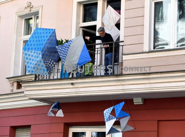 Βερολίνο: Με κλειστές τις γκαλερί οι καλλιτέχνες εκθέτουν τα έργα τους στα...μπαλκόνια τους