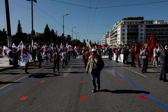 """Πρωτομαγιά: Με αυστηρά μέτρα και """"στρατιωτική"""" πειθαρχία η διαδήλωση του ΠΑΜΕ στο Σύνταγμα [εικόνες - βίντεο]"""