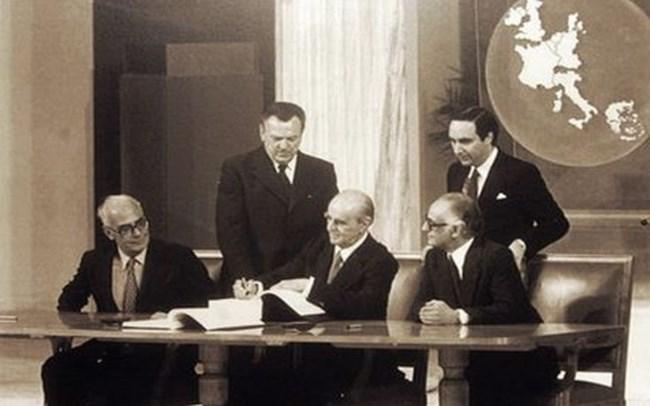 Σαν σήμερα υπογράφεται στο Ζάππειο η συμφωνία ένταξης της Ελλάδας στην ΕΟΚ [εικόνες - βίντεο]