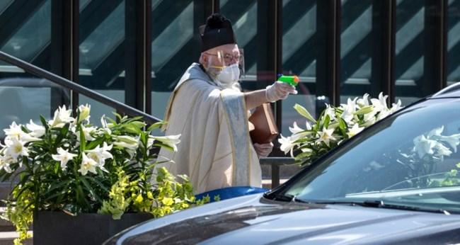 Viral ιερέας στις ΗΠΑ: Με γάντια και μάσκα έριχνε αγιασμό με... νεροπίστολο στα αυτοκίνητα [εικόνες]