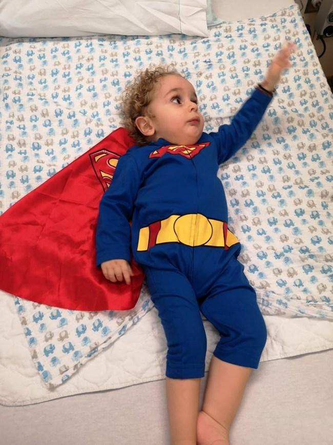Συγκινεί ο μικρός Παναγιώτης Ραφαήλ: Ντύθηκε σούπεμαν και επιστρέφει στην Ελλάδα
