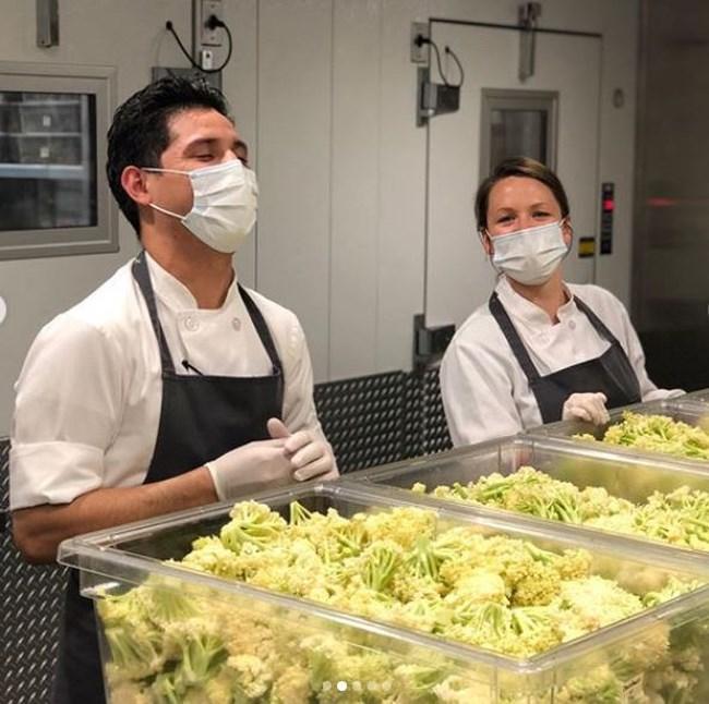 Νέα Υόρκη: Σεφ μετατρέπει το βραβευμένο με τρία αστέρια Michelin εστιατόριό του σε κουζίνα απόρων [εικόνες]