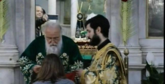 Αδιόρθωτοι: Ιερέας κοινώνησε πιστούς στον Άγιο Σπυρίδωνα της Κέρκυρας, παρά την απαγόρευση [εικόνες]