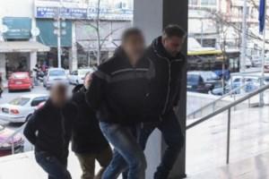 Σοκαριστικό βίντεο από την Πάτρα: Ενοχλήθηκε από το κούρεμα του γκαζόν, έβαλε όπισθεν και τους πάτησε