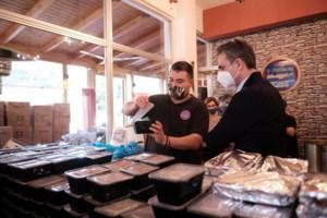 Η Δάφνη Μητσοτάκη ανήμερα τα Θεοφάνεια καθάρισε πατάτες και συσκεύασε τρόφιμα για καλό σκοπό [Εικόνες]