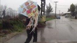 Δείτε το κόλπο να πετάξετε τον αετό σας με βροχή