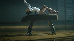 Η Kylie Minogue με κορμάκι και κόκκινες γόβες