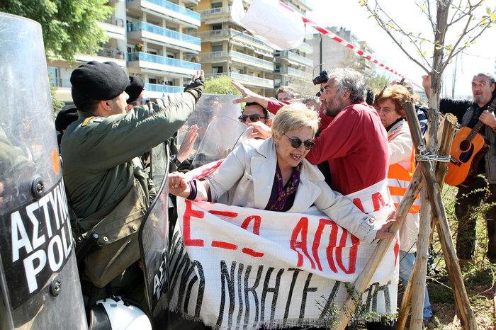 Παρελάσεις με ΜΑΤ διαδηλώσεις και μικροεντάσεις
