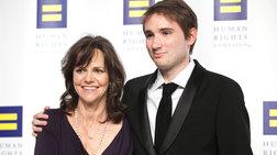 Η επιστολή στήριξης της Σάλι Φιλντ στον γκέι γιο της