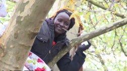 Πολιορκούν δέντρο με Σουδανή πρόσφυγα