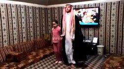 Ο χορός του πιγκουίνου που έχει τρελάνει την Σ. Αραβία