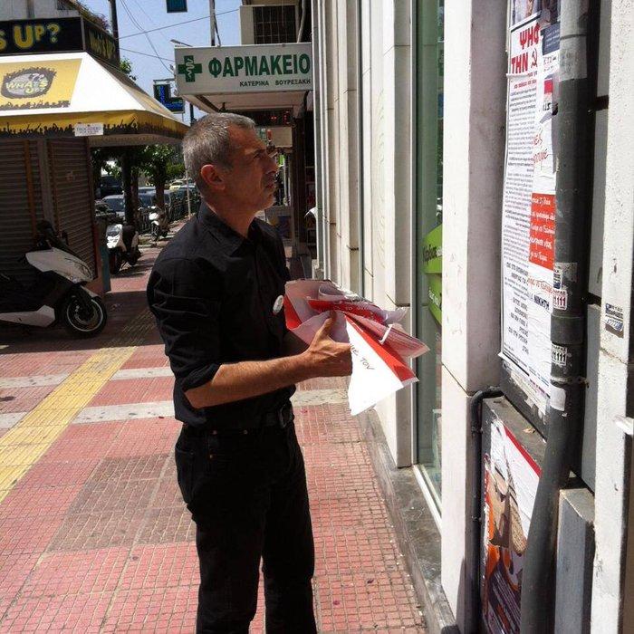 Ο Γιάννης Μώραλης έπιασε δουλειά καθαρίζοντας τον Πειραιά από τις αφίσες