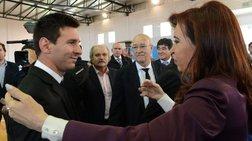 Υποδοχή των Αργεντίνων με μια θερμή αγκαλιά από την πρόεδρο Φερνάντεζ