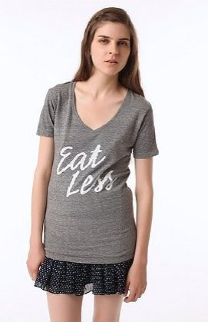 Η Urban Outfitters απέσυρε μπλούζα της μετά την κατακραυγή στο Twitter