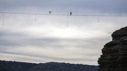 Περπατά σε τεντωμένο σκοινί στα 2000 μέτρα!