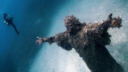 Αγαλμα του Χριστού στον πυθμένα της θάλασσας