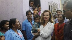 Η «τέως» πρώτη κυρία της Γαλλίας με φτωχά παιδιά στη Βομβάη