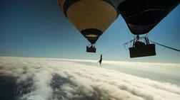 Ακροβατούν σε ένα σχοινί ανάμεσα σε δύο αερόστατα!