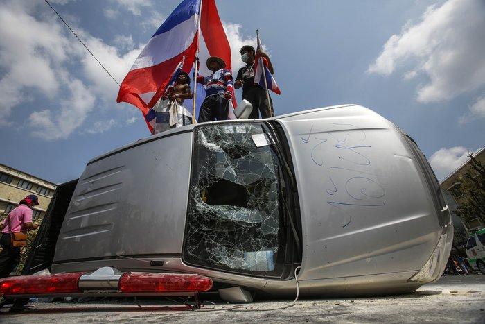 Μπανγκόκ: Έκρηξη χειροβομβίδας στα πόδια αστυνομικών - εικόνα 2