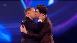 Το φιλί των δυο ηθοποιών που αναστάτωσε τα Bit Awards