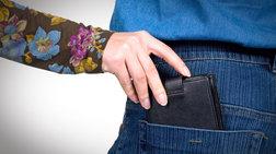 17χρονη έκλεβε πορτοφόλια στις λαϊκές και συνελήφθη επ αυτοφώρω