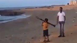 Παιδί μαθαίνει να εκτοξεύει ρουκέτες στη Λιβύη