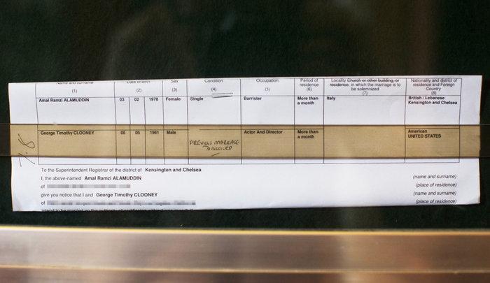 Το επίσημο έγγραφο στο δημαρχείο του Τσέλσι, με το οποίο ανακοινώνεται ο γάμος του Τζορτζ Τίμοθι Κλούνεϊ και της Αμάλ Αλαμουντίν