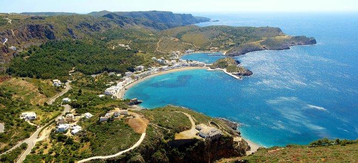Η θέα από τη Χώρα προς το Καψάλι με τους δύο κόλπους και τις κρυφές παραλίες απλά κόβει την ανάσα