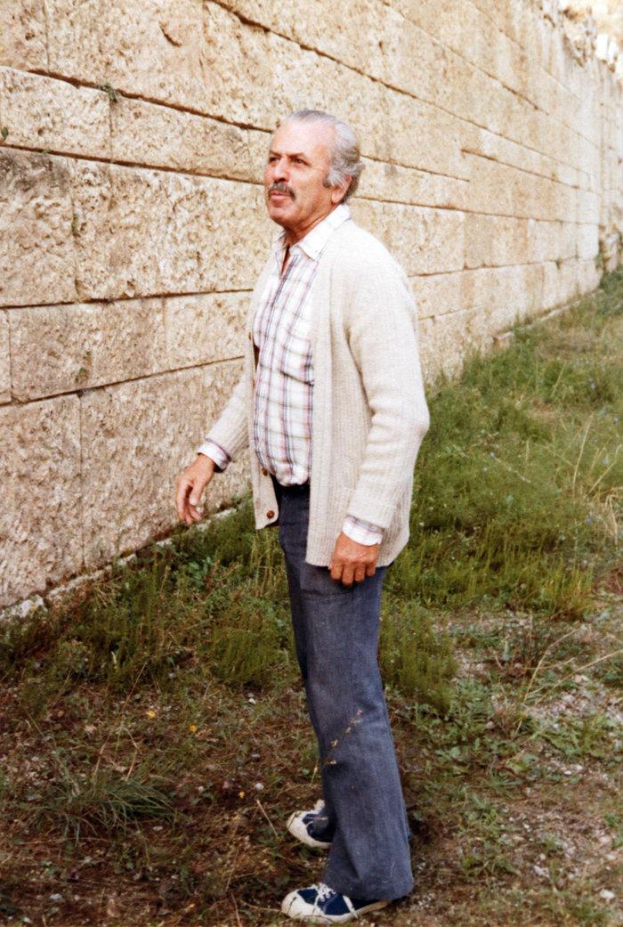 O Δημήτρης Λαζαρίδης στο τείχος της Αμφίπολης