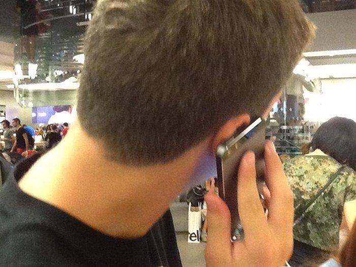 Νεαρός χρήστης από την Ελλάδα που μας έστειλε και τις φωτογραφίες δοκιμάζει το iPhone 5s