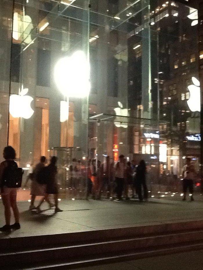 Βραδυνή όψη του Apple Store στην 5η λεωφόρο
