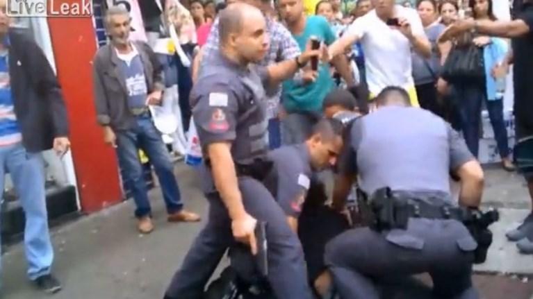 ΒΡΑΖΙΛΙΑ- Αστυνομικός πυροβολεί εξ επαφής πλανόδιο Πωλητή μέσα στο Πλήθος! (ΒΙΝΤΕΟ)