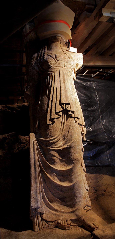 Αμφίπολη: Οι Καρυάτιδες «δείχνουν» τέλος 4ου αιώνα π.Χ. - εικόνα 2