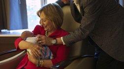 Οι πρώτες φωτογραφίες του μωρού της Τσέλσι Κλίντον