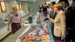 Η Μέρκελ ψωνίζει λουκάνικα στο σούπερ - μάρκετ