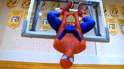 O Spiderman ξέρει να «καρφώνει»