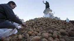 Γέμισαν πατάτες την  Place de la République οι Γάλλοι αγρότες