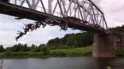 Πήδηξαν ομαδικά από γέφυρα