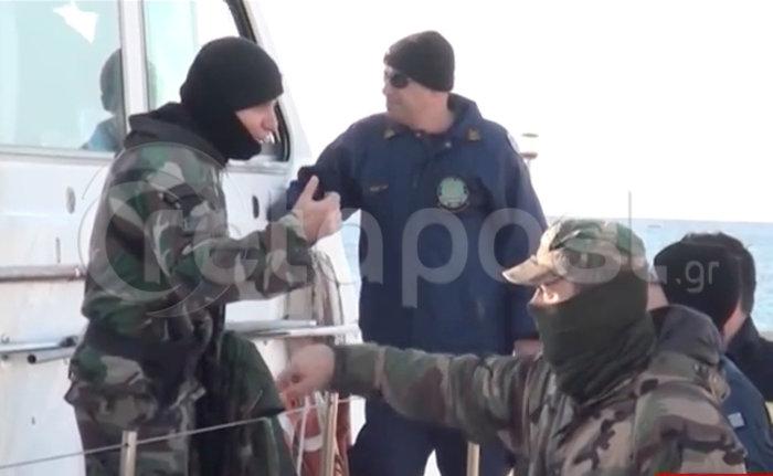 Σε εξέλιξη η αποβίβαση των μεταναστών στην Κρήτη-βρέθηκαν δύο μαχαιρωμένοι - εικόνα 2
