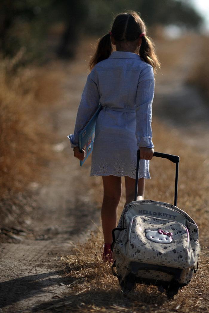 Το υπουργείο «κουρεύει» το βάρος της σχολικής τσάντας