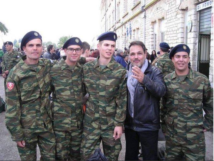 Ο Σταμάτης Γαρδέλης με τον γιο του και άλλους νεοσύλλεκτους
