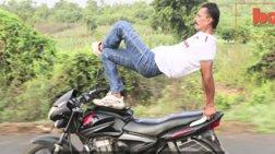Ινδός οδηγεί μοτοσικλέτα και κάνει γιόγκα ταυτόχρονα