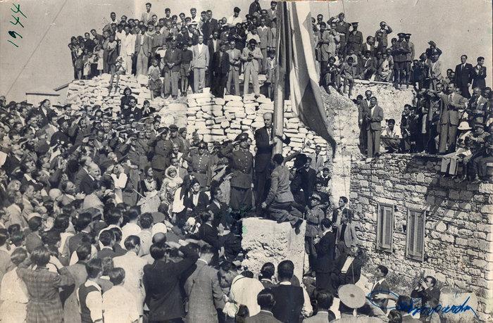 Απελευθέρωση Αθήνας 18 Οκτωβρίου 1944: Ο Γ. Παπανδρέου υψώνει τη γαλανόλευκη