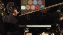 Αγόρι με ειδικές ανάγκες παίζει πιάνο μόνο με τα μάτια του