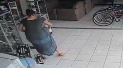 Γυναίκα κρύβει τηλεόραση κάτω από τη φούστα της!