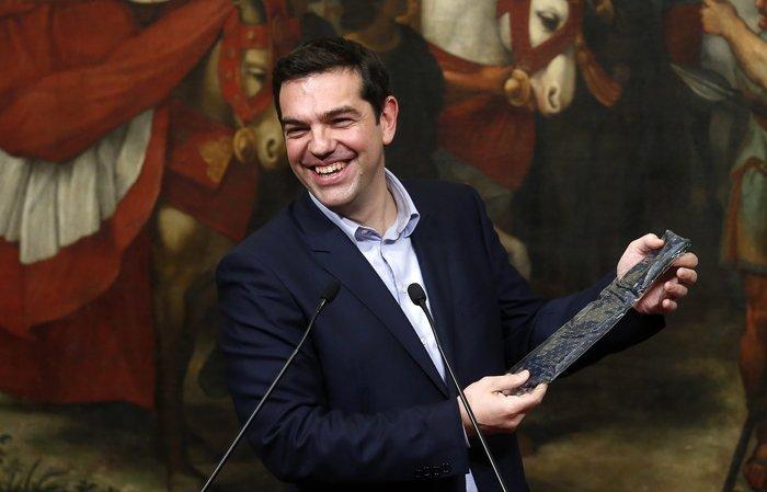 Δώρο γραβάτα έκανε στον Αλέξη Τσίπρα μπροστά στις κάμερες ο Ματέο Ρέντσι - εικόνα 2