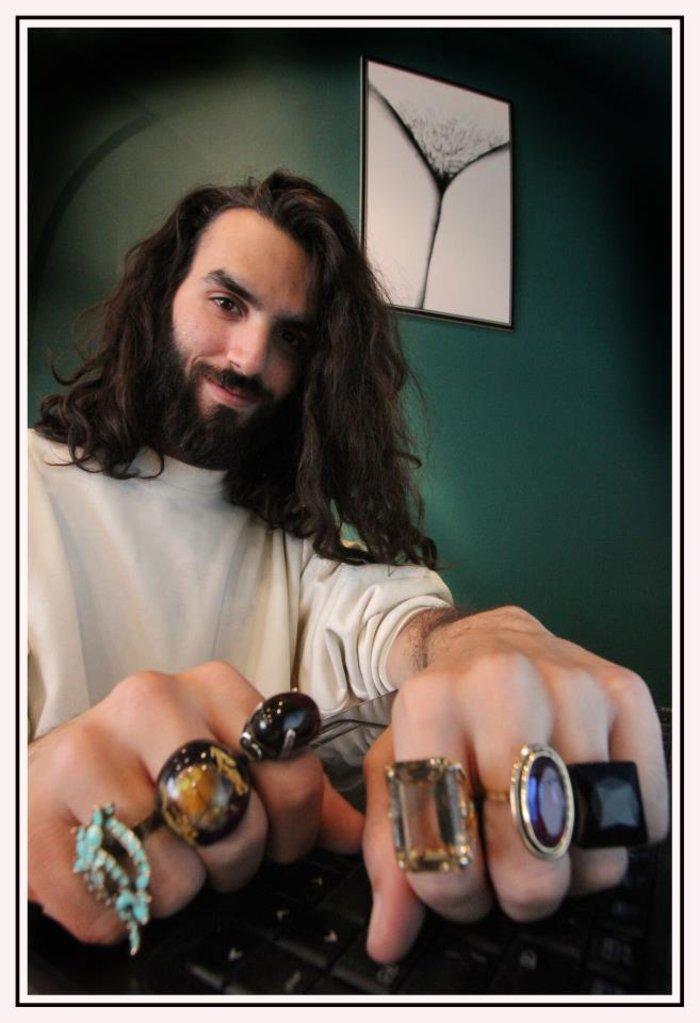 «Αυτά πρέπει να είναι τα πιο διακοσμημένα Αθηναϊκά αρσενικά δάχτυλα! Και ανήκουν στον 26χρονο Χρήστο που είναι στυλίστας.