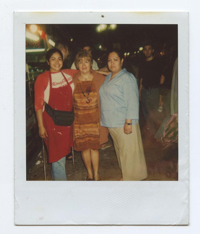 Mε τη μητέρα και τη αδελφή της
