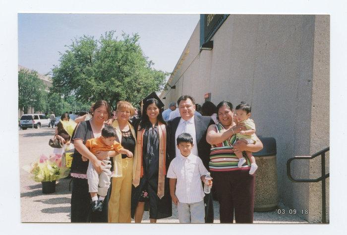 Με την οικογένειά της κατά την αποφοίτησή της