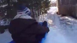 «Super» μπαμπάς φτιάχνει τσουλήθρα από χιόνι!